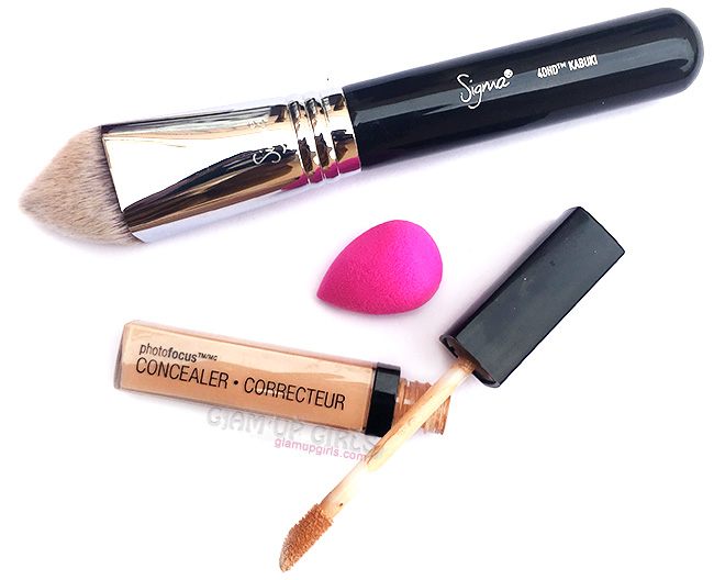 Using concealer to hid dark circles